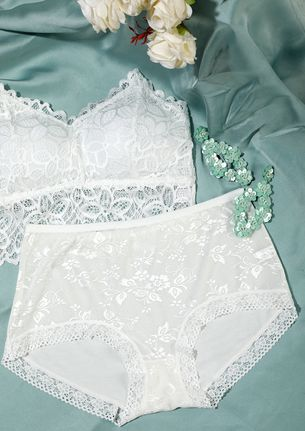 WHITE HIGH-WAIST HIPSTERS WITH LACE TRIMMING