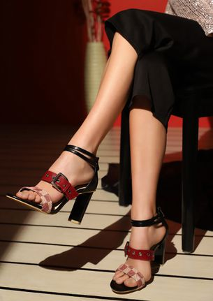 LET'S CHECK THIS A BIT BLACK HEELED SANDALS
