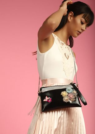 CHAIN ME WITH FLOWER BALCK SLING BAG