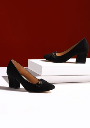 WALK THE EXTRA MILE BLACK PUMPS