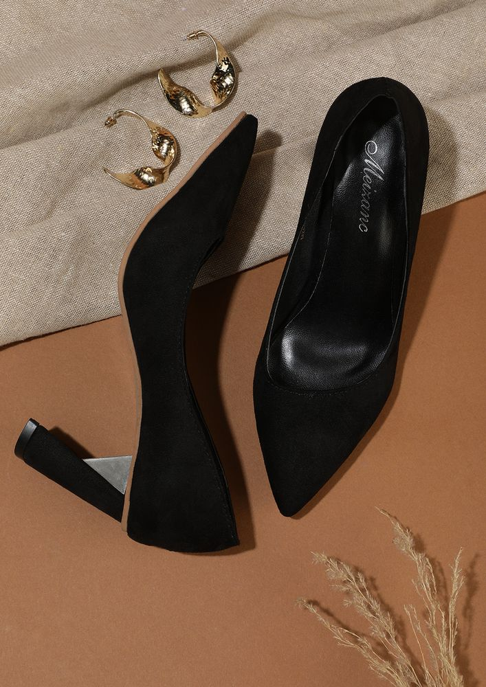 GOING FORWARD IN BLACK PUMPS