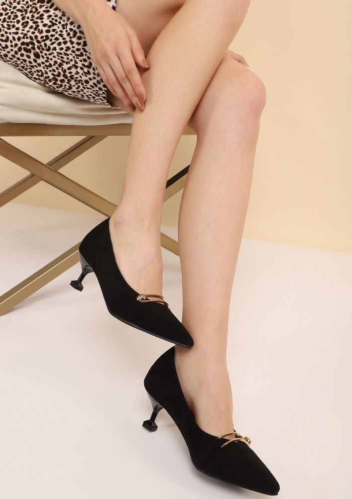 WHAT A WOMAN WANTS BLACK PUMPS