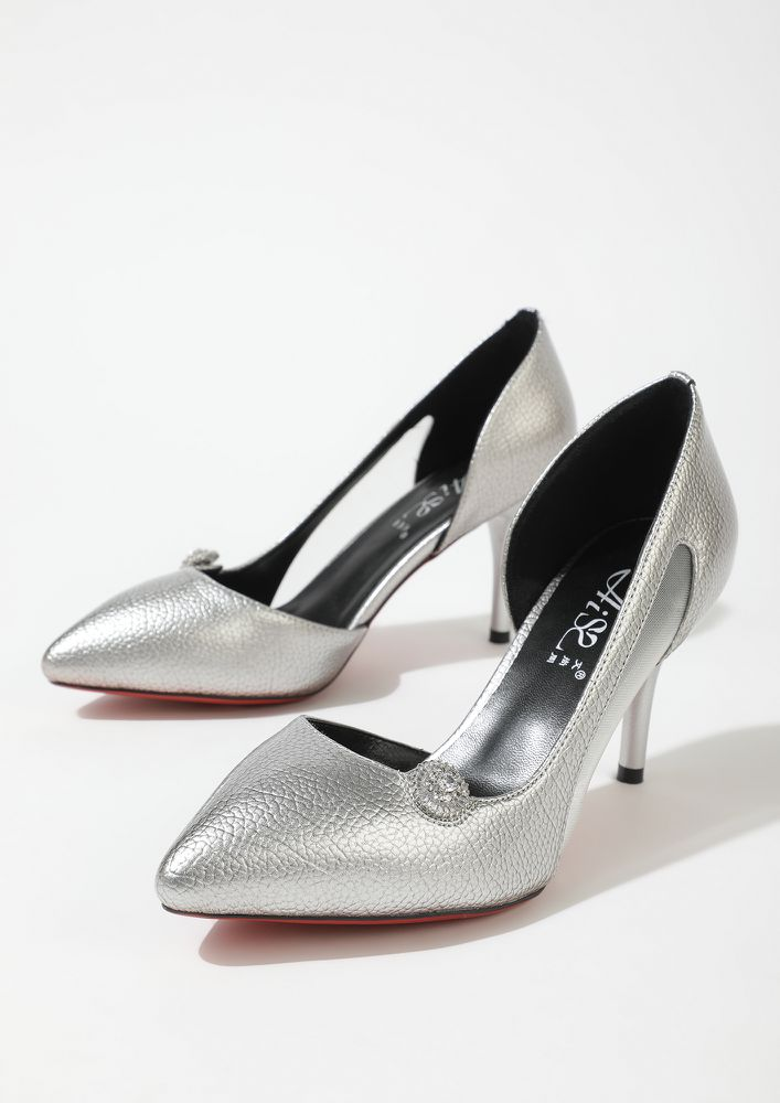 FINDERS KEEPERS SILVER PUMPS