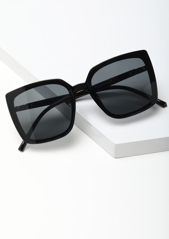 RELAX IN OVERSIZED BLACK WAYFARERS