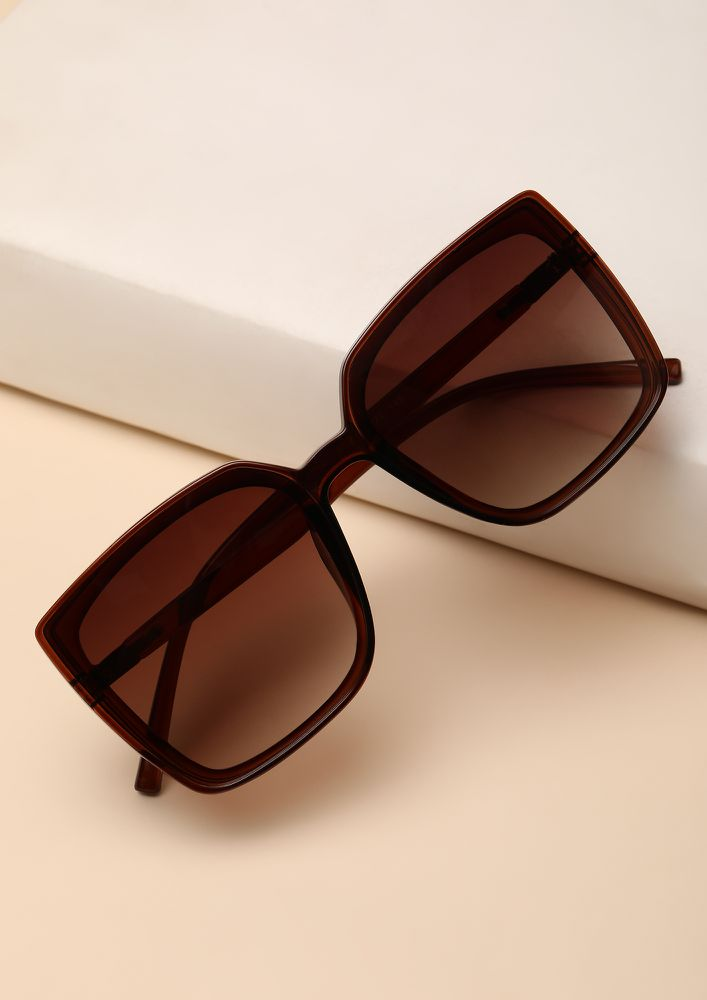 RELAX IN OVERSIZED BROWN WAYFARERS