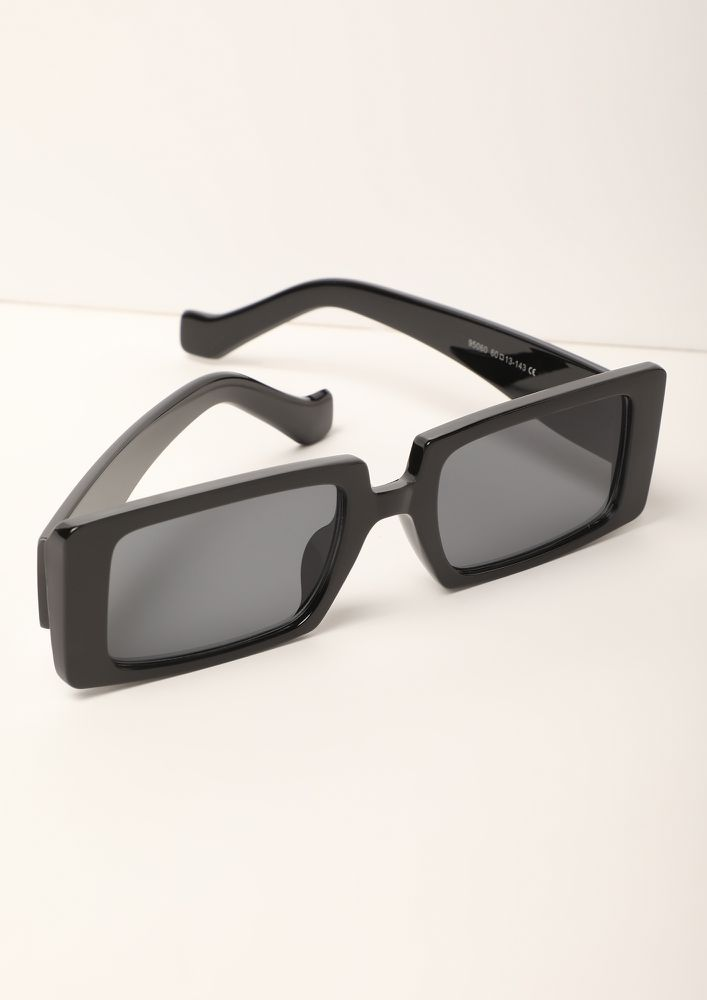 WOMEN IN BLACK RECTANGULAR SUNGLASSES