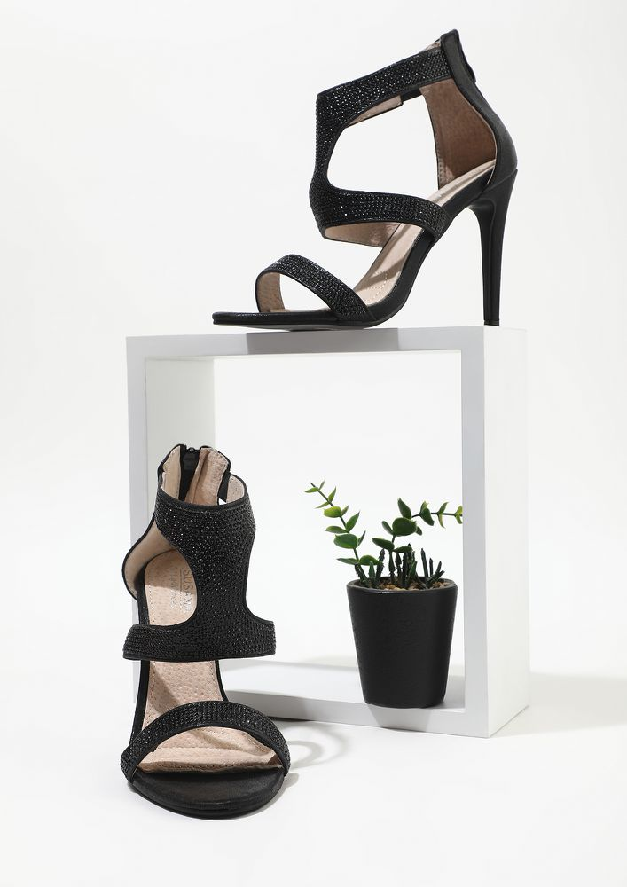 STRAPPING YOUR FANTASY BLACK HEELED SANDALS