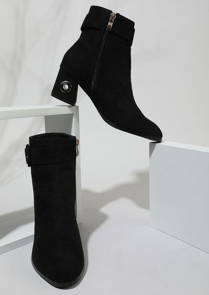 SEEING THROUGH THE HOLE BLACK ANKLE BOOTS