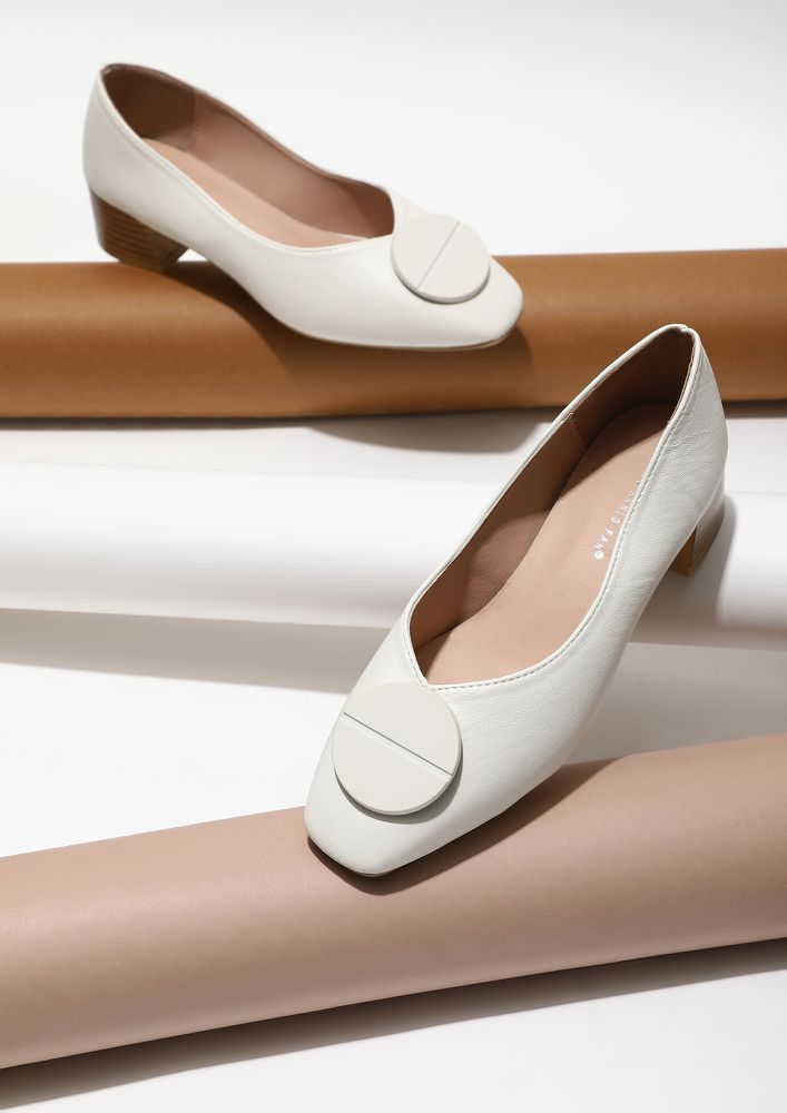 POMP IN WHITE HEELED PUMPS