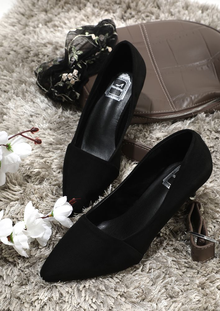 WHO'S GOT ALL THE ATTENTION BLACK PUMPS
